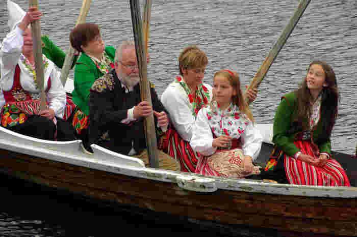 スウェーデンの民族衣装で踊ったり歌ったり。大変賑やかです♪