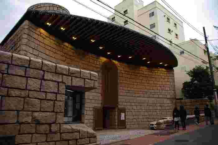 京王井の頭線の神泉駅で下車、徒歩5分ほどで到着です。平日は夕方6時までですが、金曜のみ午後8時まで開館しています。夜には途中豪奢な邸宅からもれるネオンを楽しむのもロマンティックです。
