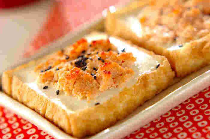 厚揚げの上に明太子を乗せて、オーブンで焼くだけなのに、おしゃれな居酒屋さんのようなメニューに。バターとの相性もグッド◎簡単なので、おつまみはもちろん、「あと一品」のおかずにもぜひ作ってみてくださいね。
