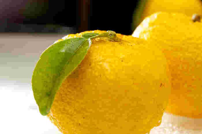 柚子は、クエン酸やビタミンCが豊富で、皮の部分には水溶性の食物繊維も多く含まれます。香りの良さだけではなく、健康づくりに役立つ果物として活用したいですね。ちなみに、皮の方が果汁の4倍のビタミンCが含まれるといわれます。