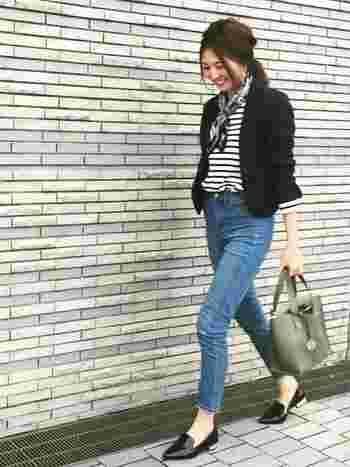コンパクトなブラックのジャケットに同系色のボーダートップスとバンダナを首元に巻いて。 細身のデニムには、こちらも上半身のアイテムに合わせたかっちりローファーで、お仕事着にもOKな大人のマリンスタイルが完成!デニムは、少しだけロールアップして足首を見せるのが女性らしくて素敵です。