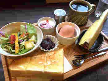 厚焼きトーストに、フルーツ、サラダ、玉子、ヨーグルト等など実に豪華なモーニングセットがドリンク代のみというから驚き!トーストは小倉など数種類から選べ、プラス50円でおかわりもできます♪