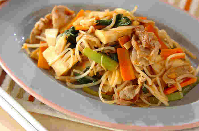 シンプルな和風調味料を使った野菜炒めも、ピーナッツバターを使うことでエスニック風味に。甘みやコクも加わって食も進みますし、またナッツ類に含まれる栄養も摂ることができます。