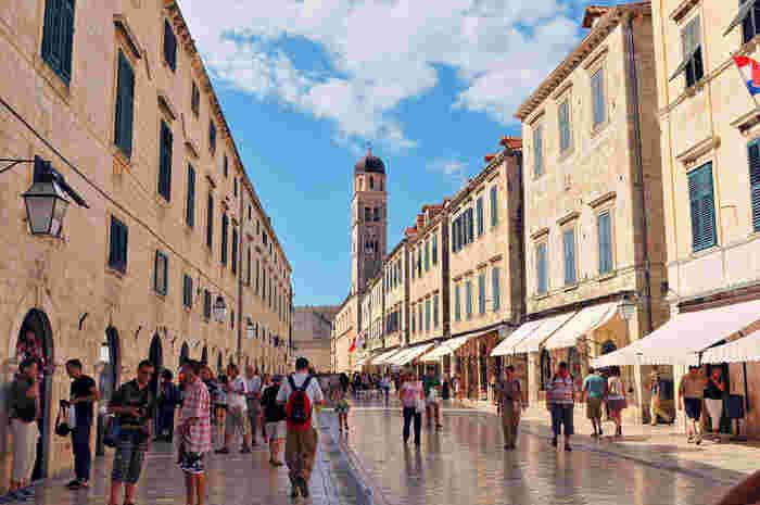 ピレ門と旧市街中心部のルジャ広場を結ぶプラツァ通りは、ドゥブロブニク旧市街のメインストリートです。白い石畳は、長い年月にわたって歩き磨かれたことによって大理石のように輝いています。