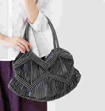 カジュアル過ぎず、けれどリゾートスタイルにもマッチする涼し気なバッグ。レザーのように見えますが、蝋引きした平紐を編み込んで作られています。流れるような編み目が上品で素敵。