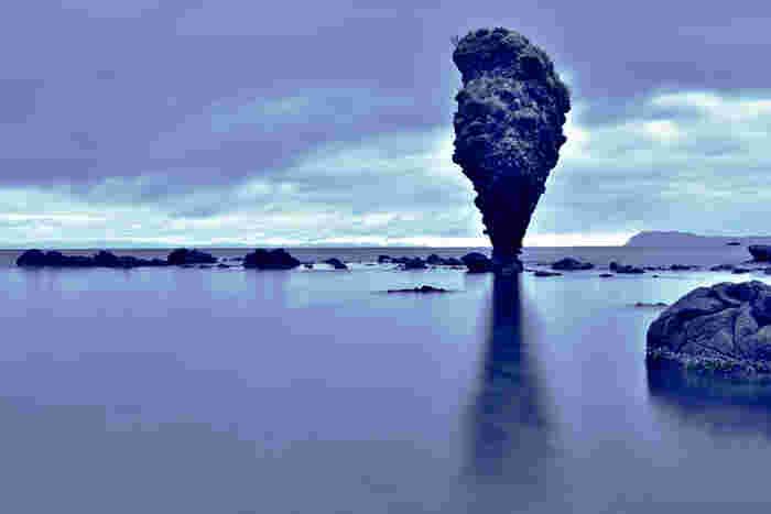 余市の海岸にある奇石・えびす岩は岸から10数メートルほどの浅瀬に立っています。まるでダリの絵のような不可思議な形状、自然が作り出す神秘的な景色です。