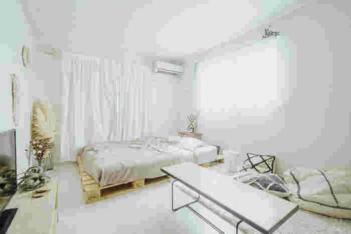 家具の色も重要です。おすすめは、白やベージュなど淡くて明るい色。全てを変えるのは大変なので、カーテンやラグ、ベッドカバー、背の高い収納棚など、面積の広いアイテムの色を変えるだけでも、より軽やかな雰囲気へガラリと変わるはず!