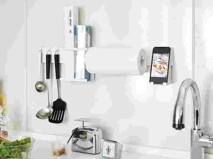 コンロ周り、シンク周りなどのマグネットがつく壁面に装着し、付属のフックや別売りのパーツを使って、自分仕様のキッチン収納をカスタマイズできる優れもの。シンク台に直にものを置くとお掃除が大変ですし、スペースを取ってしまいますが、壁にくっつけることで収納のお悩みが解決できます。