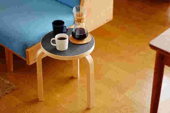 座るだけでなく、ソファのサイドテーブルとしても使えるスツール。フラットな座面なので飲み物も気軽に置くことができて、くつろぐときに最適です。