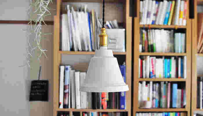 お部屋の印象を左右する照明。どんなものを選ぶか迷ってしまいますよね。すっきりまとめたいならシンプルなものを選んだり、素材にこだわったり。並べ方によっても雰囲気は変わります。