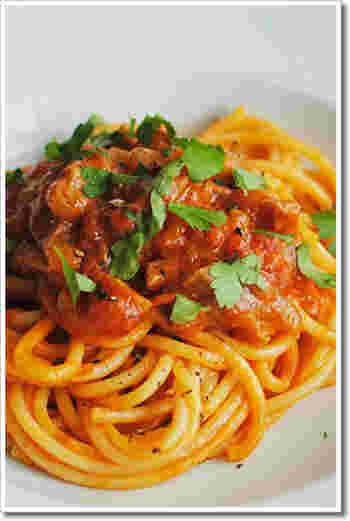 こちらも基本を押さえた「アマトリチャーナ」。ペコリーノ・ロマーノとパルジェミーノを半々に使いちょっとマイルドに仕上げました。より本格的にするなら、伝統的な穴のあいたロングパスタ、ブカティーニを使って。パスタに味が染み込んで絶品です。