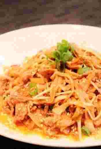 豚肉と水菜・ねぎなどの野菜と一緒に冷凍もやしを炒めて。甜麺醤の甘味とコクがおいしい炒め物です。
