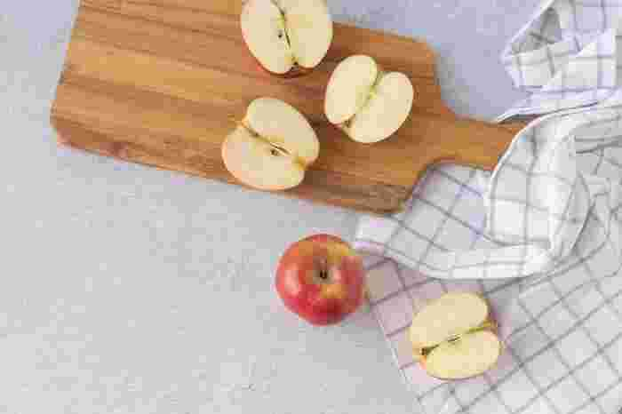 果物の摂取量の目安は200g。よく「片手に乗るくらい」を目安にと言われています。りんごなら1個、みかんなら2個くらい。糖質をたくさん含むので、摂り過ぎには注意が必要です。