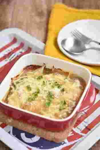 ■白だし×ピザ用チーズ  みりんと味噌、白だしで作ったベースをたらにかけてチーズと共に焼き上げたオーブン焼きです。たらの水気をしっかり切ると、味がぼやけず、白だしの風味もきっちり漂います。  チーズをかけるだけで、優しい味わいの和風オーブン焼きになり、ごはんにもパンにも合うようになりますよ。