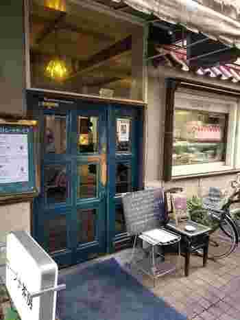 駅から歩いて3~4分の場所にある「ロージナ茶房」は、1954年創業の老舗喫茶店です。趣のある使い込まれた扉が印象的で、作家や俳優さんなどが訪れることでも知られています。
