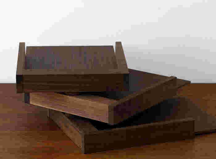 トレイを繋ぐ芯は真鍮、底板には積層合板に突板を貼っていて、シックで大人っぽい雰囲気。ウォールナット・タモの2色があり、デスクに合わせて選べるのも嬉しいポイントです。