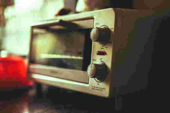 トースターに細かめにシワシワにしたアルミホイルをトースターに収まるように敷き、1分程予熱します。温まったらホイルの上にクッキングシートを敷き、焼きたいプラバンをのせます。トースター内の温度が高く設定しすぎると急速に縮んでしまうので、注意が必要です。  取り出すタイミングは、プラバンが縮み終わると厚みが出て動かなくなります。動きが落ち着いたかな?くらいのタイミングで取り出すのがおすすめです。取り出して、クッキングシートの間に挟み、その上に厚手の本を置きます。ここであまり力を入れて平らにするとつぶれたり変形したりする場合がありますので優しく扱いましょう。  逆に平らではないアクセサリーを作りたい場合は、両手に軍手や綿手袋をしっかり装着し、優しくプラバンの形を整えます。熱いうちはプラバンを変形させることができます。