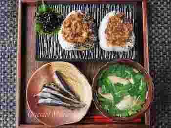 「ザ・日本人の朝食!」といった献立にピッタリなネギ味噌焼きムスビ。中にネギ味噌を入れればお弁当にもピッタリです!