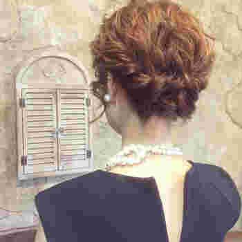 髪全体を2つに分けたら、少しずつ髪を足しながらツイストを作り、後ろでクロスさせて固定すれば完成です!