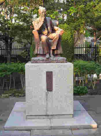 ここは、明治から昭和にかけて名を馳せた教育者・新渡戸稲造氏の生誕の地(正しくは、盛岡市下ノ橋付近)。  「賢治清水」の近くに、同氏の銅像があります。