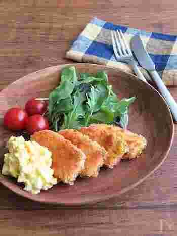 オリーブオイルで揚げ焼きにする、ヘルシーな鮭フライ。ダイエット中にどうしても揚げ物が食べたくなったときなどにいいかも。バジル風味のタルタルもおしゃれな味です。