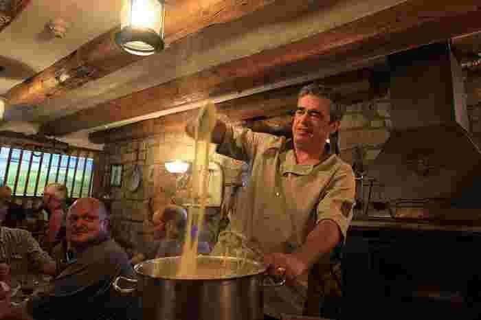 アリゴは、フランス中南部のオーブラック地方の郷土料理。じゃがいもにチーズを合わせた、お餅のように長く伸びるマッシュポテトです。