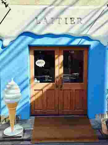 ダガヤサンドウエリアで、フォトジェニックなお店として有名な、ソフトクリーム屋さん。北参道の交差点と鳩森八幡神社の間の路地にある、真っ青な壁にクリームがかかった、まるでお店自体がスイーツのようなキュートなお店です。
