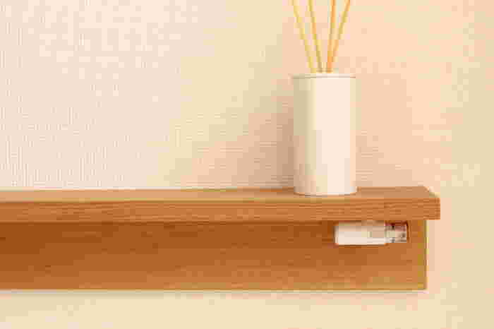 キャップレスのシャチハタに替えれば、キャップを外す手間を省けるので便利です。マグネットを利用すれば、棚の下にスッキリと収納できるので◎。目線より低い位置にある棚なら、お客さんなどの目に触れることもありません。棚の上もキレイに片づくので、一石二鳥です。
