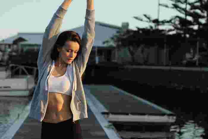 深い呼吸をしつながらゆっくりとストレッチを行うことで、血の巡りを良くなり、身体がポカポカしてきます。朝食の前に朝ストレッチを行うことで代謝がアップして結果、痩せやすい体作りのお手伝いをしてくれます。
