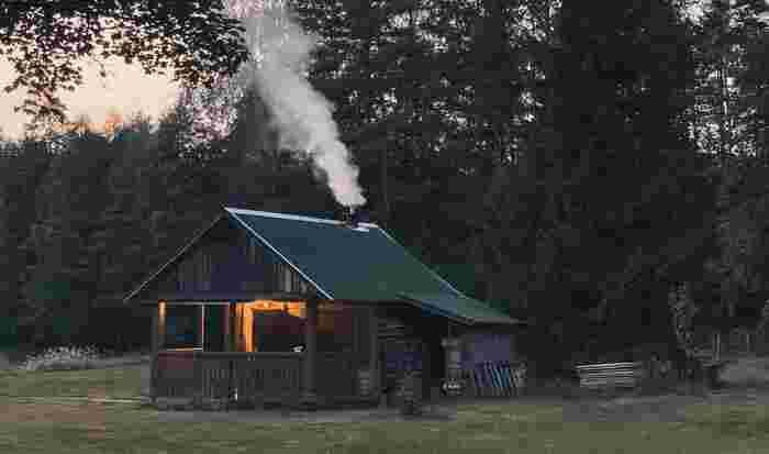 「サウナ」という呼び名は、実はフィンランドの言葉がそのまま根付いたもの。フィンランドでは自宅や別荘にサウナを持つのがごく一般的で、日本人がお風呂に入るような感覚で日常的にサウナを楽しんでいます。