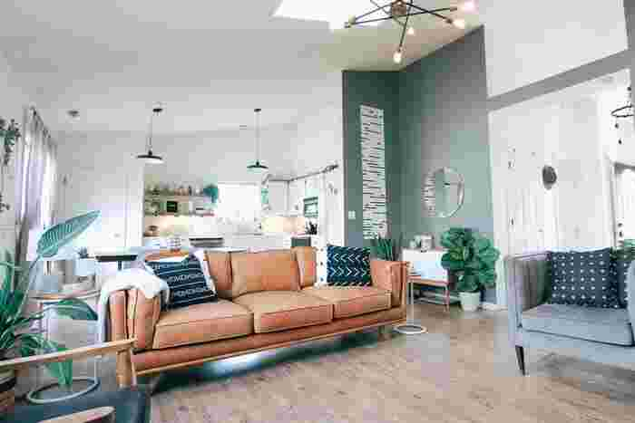 無機質な素材感と木の温もり、こだわりの家具や雑貨でまとめられたメンズライクな空間には、ダークな色合いのアクセントクロスがよく合います。ネイビーブルー、グレーなどのダークカラーを選べば、アートや雑貨が映えるクールな空間に。