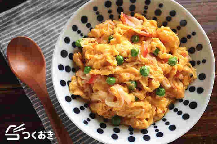 メインになるようなガッツリ系おかずを5分で作りたいなら、卵料理がおすすめ!具材もカニカマとグリンピースなので、包丁いらずで洗い物も少なく済みます。お好みで甘酢あんをかけたり、ご飯にのせて天津丼にしても◎