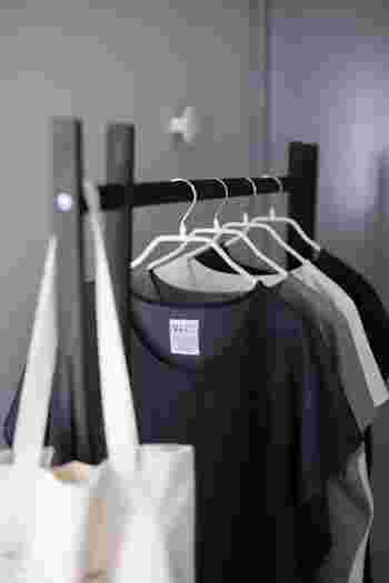 大人の暮らしに必要なのは、上質でベーシックな色やかたちのモノ。ついつい数が増えてしまいがちな衣類はとくに注意して、自分に似合うものを厳選していくようにしましょう。一年の衣類がすべて把握できる量になるのが理想です。