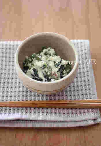 ほうれん草、絹ごし豆腐、塩麹の3つの食材を使用した白和えレシピ。味付けはなんと小さじ2杯の塩麹のみ。シンプルで茹でて合えるだけの簡単レシピ。これは覚えておきたい一品です。