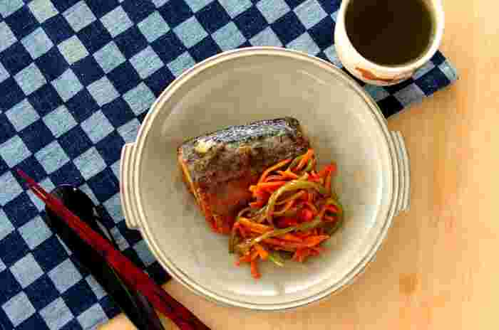 焼くだけで美味しい塩サバ。下味冷凍するなら、ちょっと手を加えて甘酢あんかけにするのはいかがでしょう?野菜ごと冷凍し、水溶き片栗粉でとろみをつけることであんかけもグッと手軽に。魚にも野菜にもしっかり味がつき、臭みも出にくくなって良いこと尽くしです。