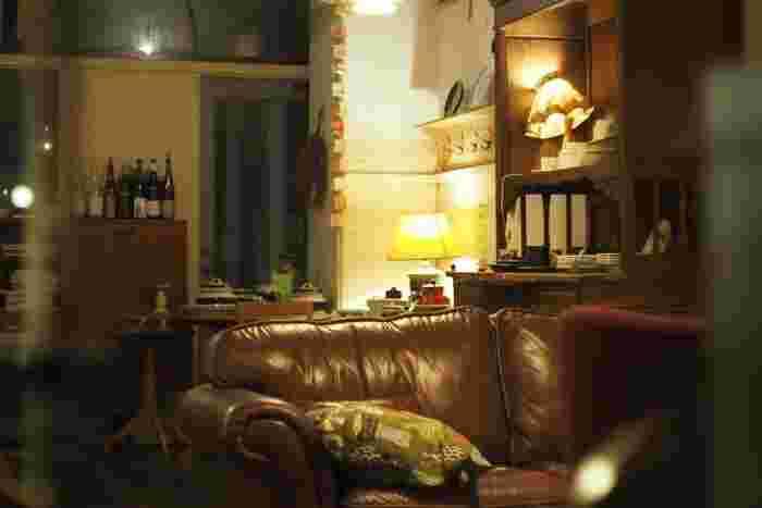 夜はグッと大人な隠れ家の雰囲気。ゆったりとソファーに座って美味しいコーヒーを飲みながら読書なんてのもいいですね。