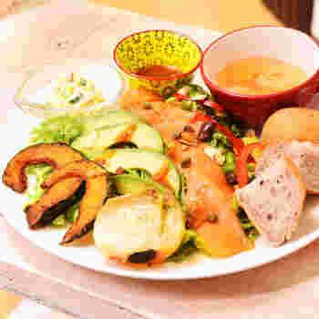 フードメニューは野菜たっぷりのワンプレート料理や、京都らしいおばんざいをいただける定食などが選べます。ボリュームもありながら鮮やかな盛り付けも素敵です。
