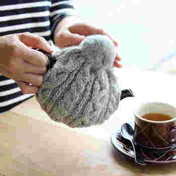 ティーコージー(tea cozy)とは、ティーポットに覆い被せる布製のカバーのこと。ティーコゼーとも呼ばれています。紅茶を冷めにくくするという用途から、中綿入りのキルトやフェルト、ニットなど熱を逃しにくい素材でできています。