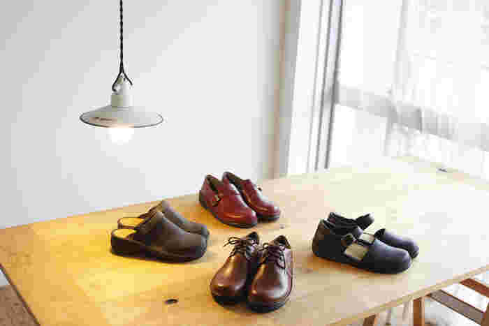 年齢を重ねても長く愛用できるベーシックなデザインと、快適な履き心地を兼ね備えた『NAOT(ナオト)』のレザーシューズ。 上質な天然皮革を使用したおしゃれな革靴は、カジュアルからフォーマルまで、日常の様々なシーンに活躍してくれます。