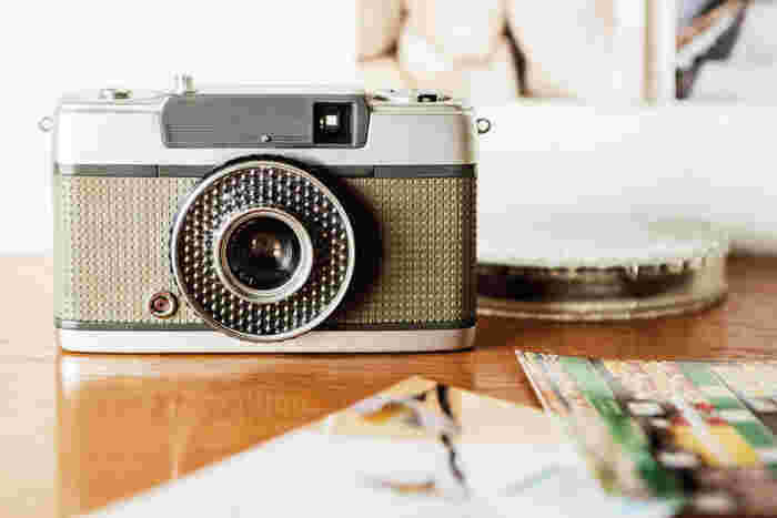 スマホやデジカメで、もっと綺麗な写真を撮りたい!という方におすすめのフォトレッスン。明るさや色合いを変える方法や、美しく撮れるアングルを学べます。難しそうに思えるカメラの設定も分かりやすく解説されているので、初心者でも大丈夫!