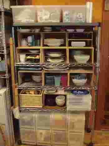 スチールラックと併せて、食器類の収納に。あまり使わない食器も埃がかぶらず、安全に片づけることができます。