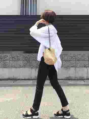 透け感が涼しげな白ブラウスとスキニーの組み合わせ。シンプルな中にセンスの良さを感じさせるコーディネート。