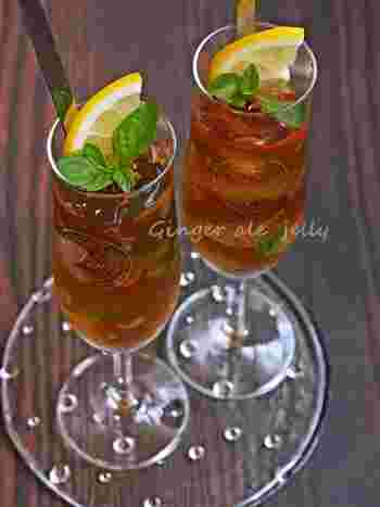 ジンジャーエールにさらに新生姜の絞り汁を加え、白ワインと合わせて大人のゼリーに。レモンとペパーミントが夏らしい爽やかさを添えてくれます。