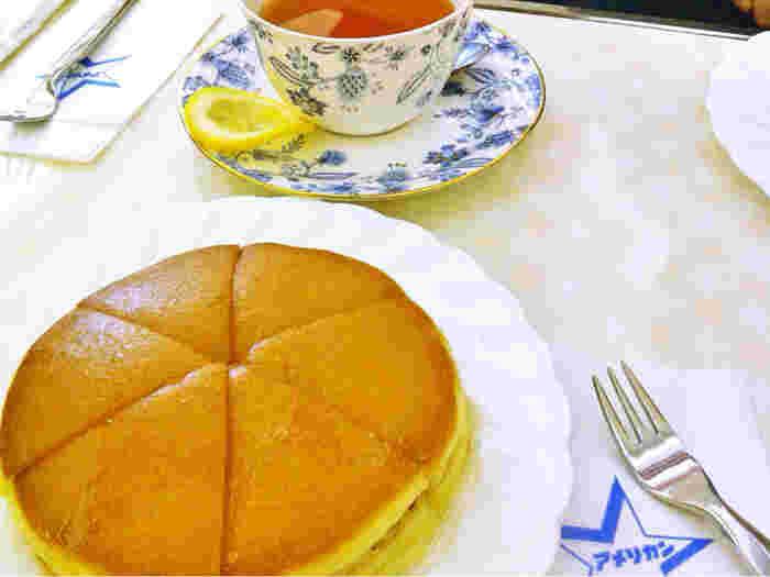 純喫茶アメリカンのホットケーキは有名で、持ち帰りのホットケーキも朝から列ができるほどの人気。ペーパーに入ったロゴがかわいいです。