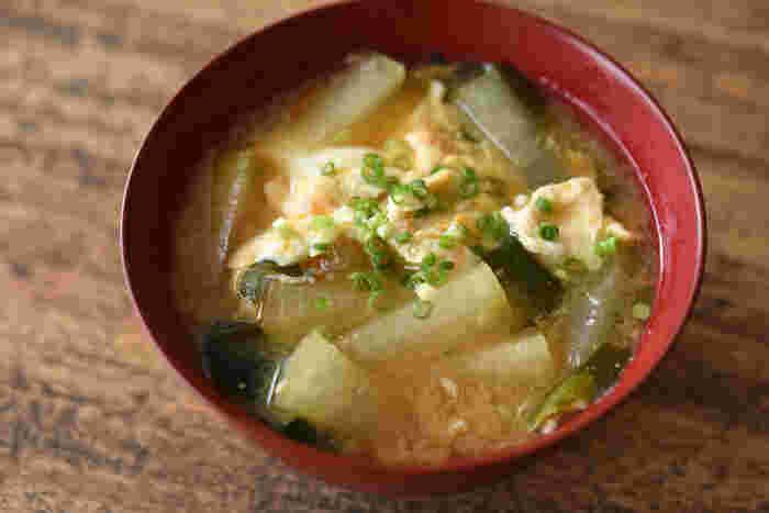 冬によく見かける冬瓜ですが、皆さんどんな料理に使っていますか?迷った時は、気軽にお味噌汁の具材にするのも良いかもしれません。溶き卵を加えて、まるで雑炊のようにほっこり優しい味に。冬が来るとまた作りたくなるようなお味噌汁です。