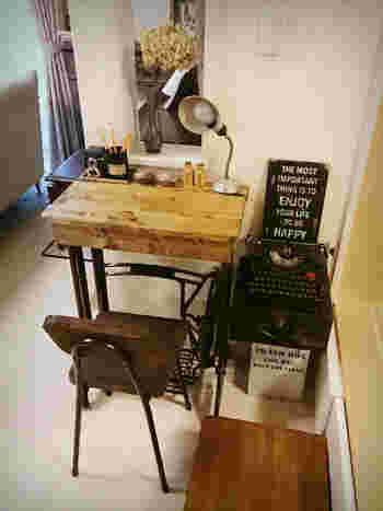 デスクを置くスペースが限られているという場合は、簡単に設置できるような小さめの机を用意してみてはいかがでしょうか。