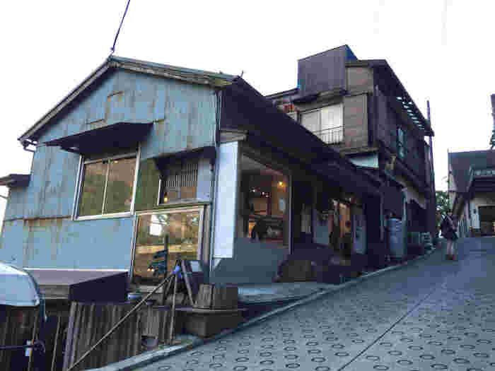 箱根登山鉄道「宮ノ下」駅をすぐ降りたところにあるNARAYAカフェ。カフェの他にもギャラリー・足湯などがあるお店です。