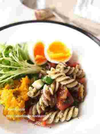 食物繊維が豊富な雑穀を、フジッリパスタと組み合わせたヘルシーメニュー。サイドメニューとしても、メインのおかずとしても活躍してくれる一品です。