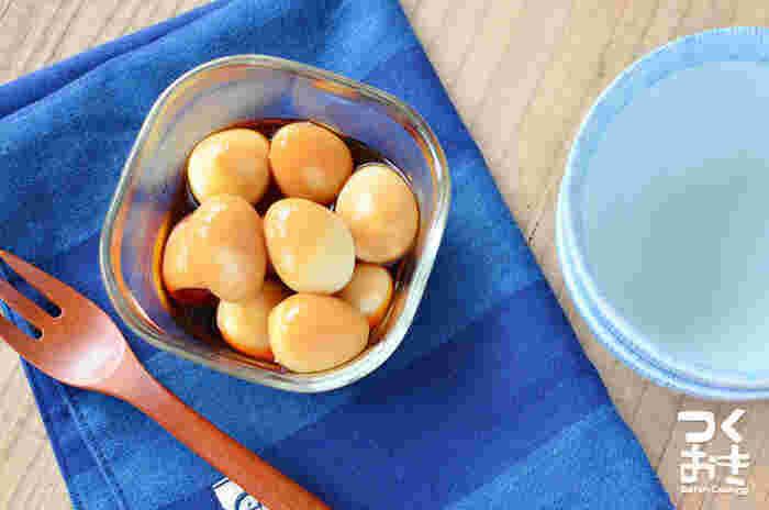 ゆでたうずらの卵を、しょうゆとにんにくに漬け込むだけの簡単レシピ。クセになる味わいです。
