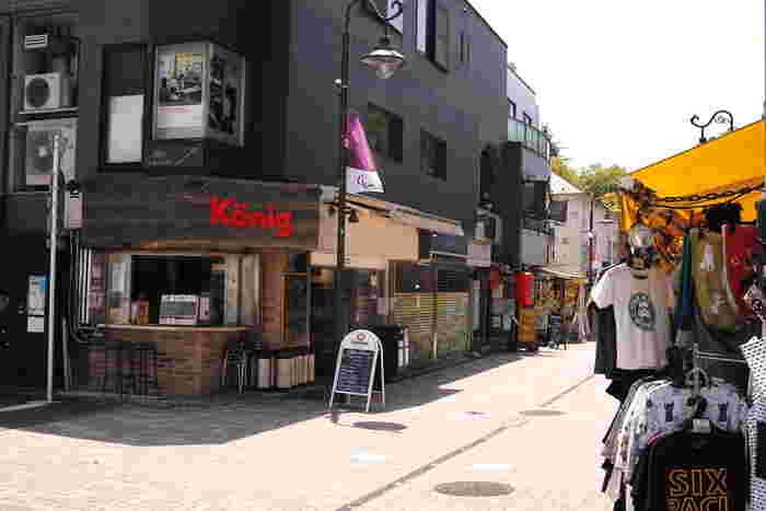 東京の中心部が東部に集中しているのに対し、「吉祥寺」がある武蔵野市は東京都の中央に近いエリアに位置します。新宿駅からはJR中央線で約14分、渋谷駅からは京王電鉄井の頭線で約16分です。自然が豊かでおしゃれなお店も多く、のんびりとした散策を楽しめますよ。